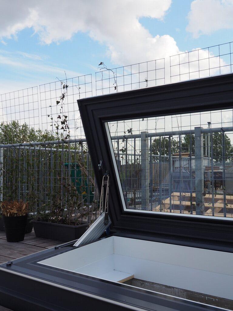 Elektrisch dakluik Skydoor opent tot vrijwel 90 graden.
