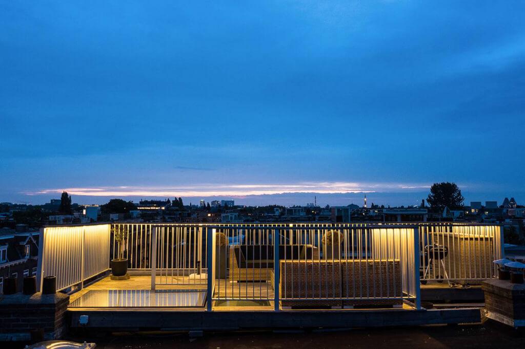 Dakterras Eerste Helmersstraat met skyhatch dakluik night