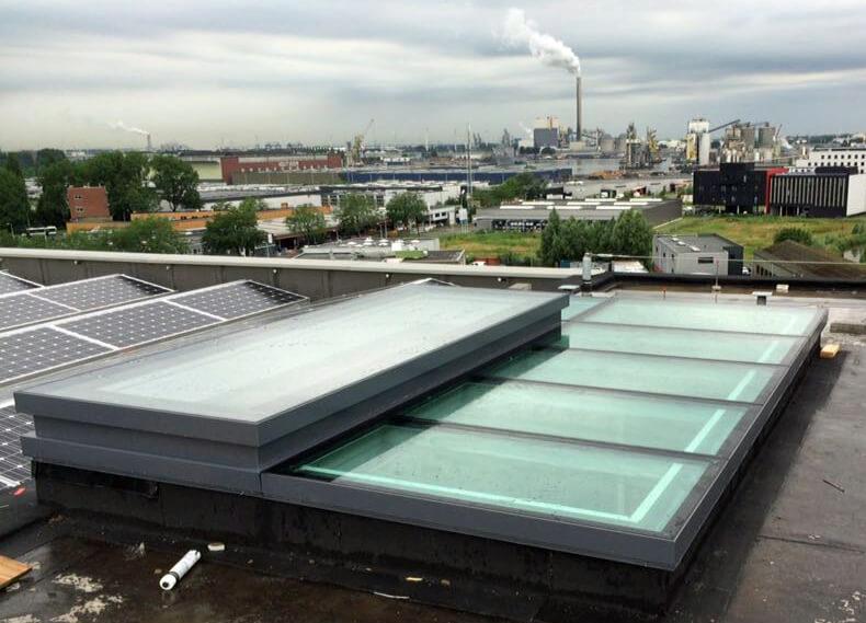 Beloopbaar glasdak met elektrisch dakluik als daktoegang op Superlofts Amsterdam