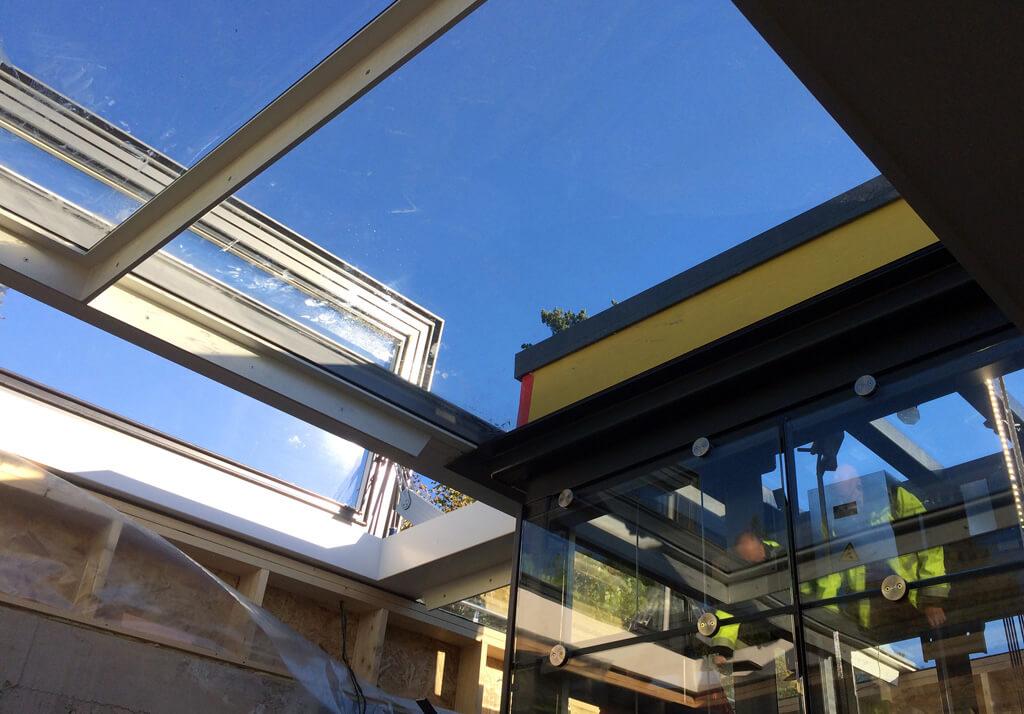 Beloopbaar glazen dak met elektrisch dakluik en sky only view van binnen uit