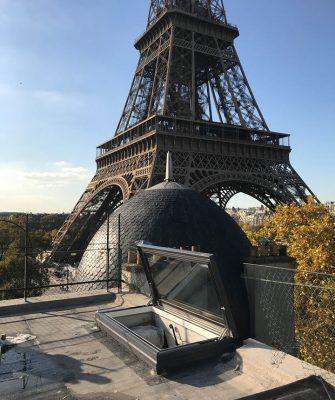 Handmatig dakluik op dakterras in Parijs