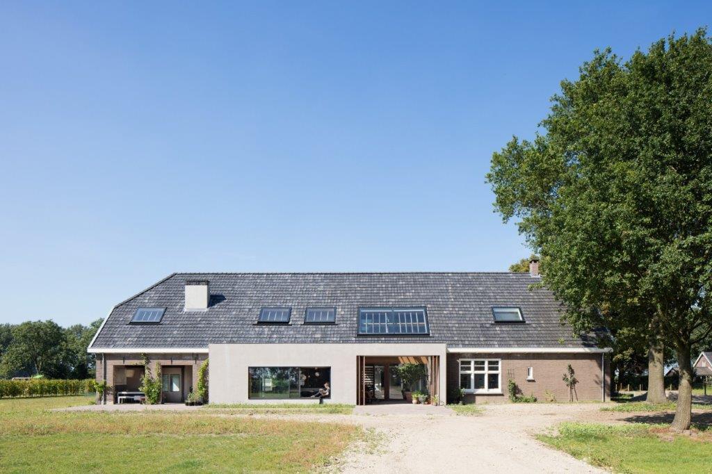 Lichtstraten in een schuin dak in een woonboerderij